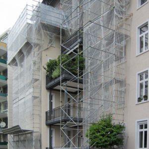 Wetterschutzdach und Fassadengerüst Savignystraße 61 in Frankfurt