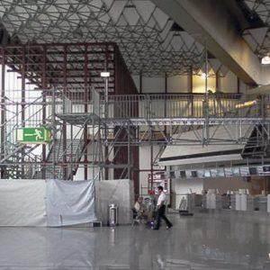 Fluchttreppenturm mit Brücke Terminal 1 am Flughafen-Frankfurt