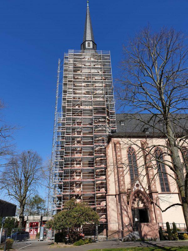 Einrüstung des Kirchturms Mauritiusstraße 10 in Frankfurt-Schwanheim